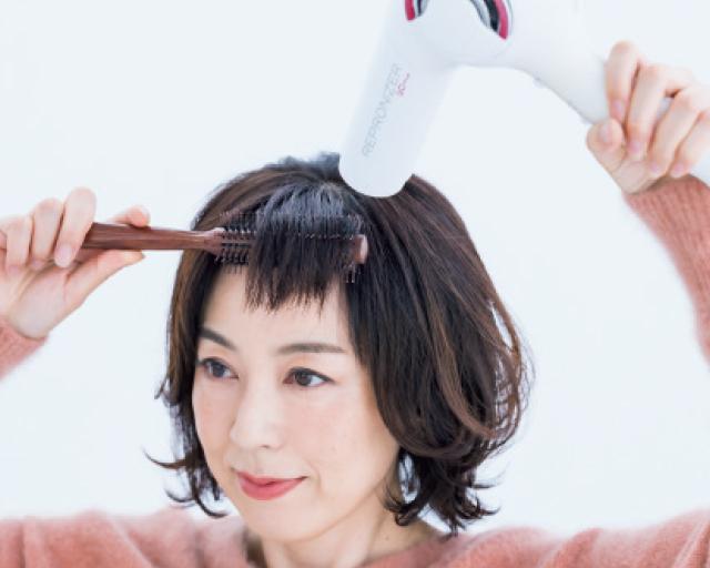 ロールブラシで前髪全体をまっすぐ伸ばすように
