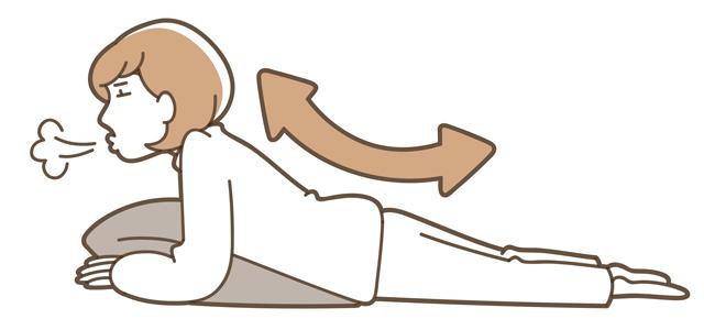 床に両肘をつき、息を吐きながらゆっくり上体を起こして10秒キープ
