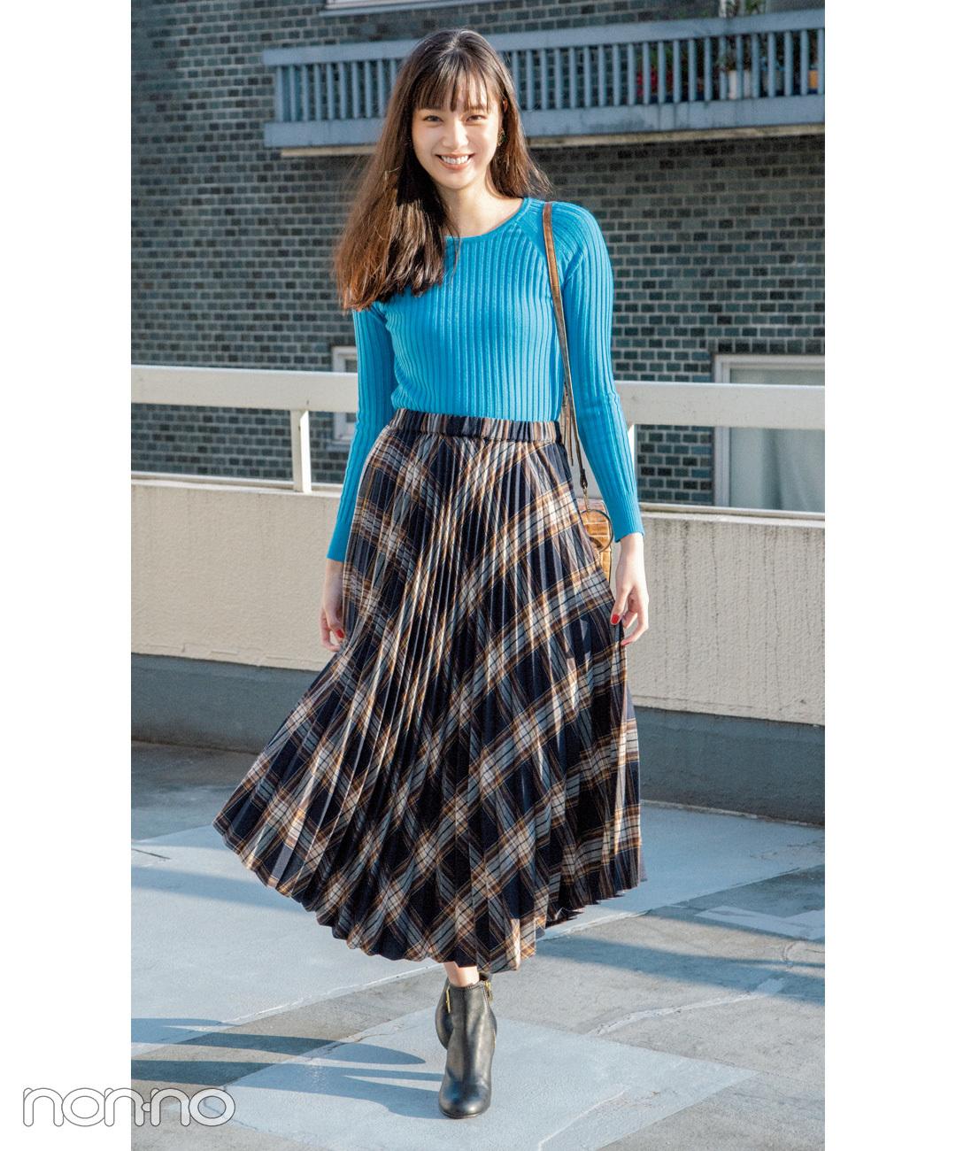 【プリーツスカートコーデ1】派手色リブニット×プリーツスカート