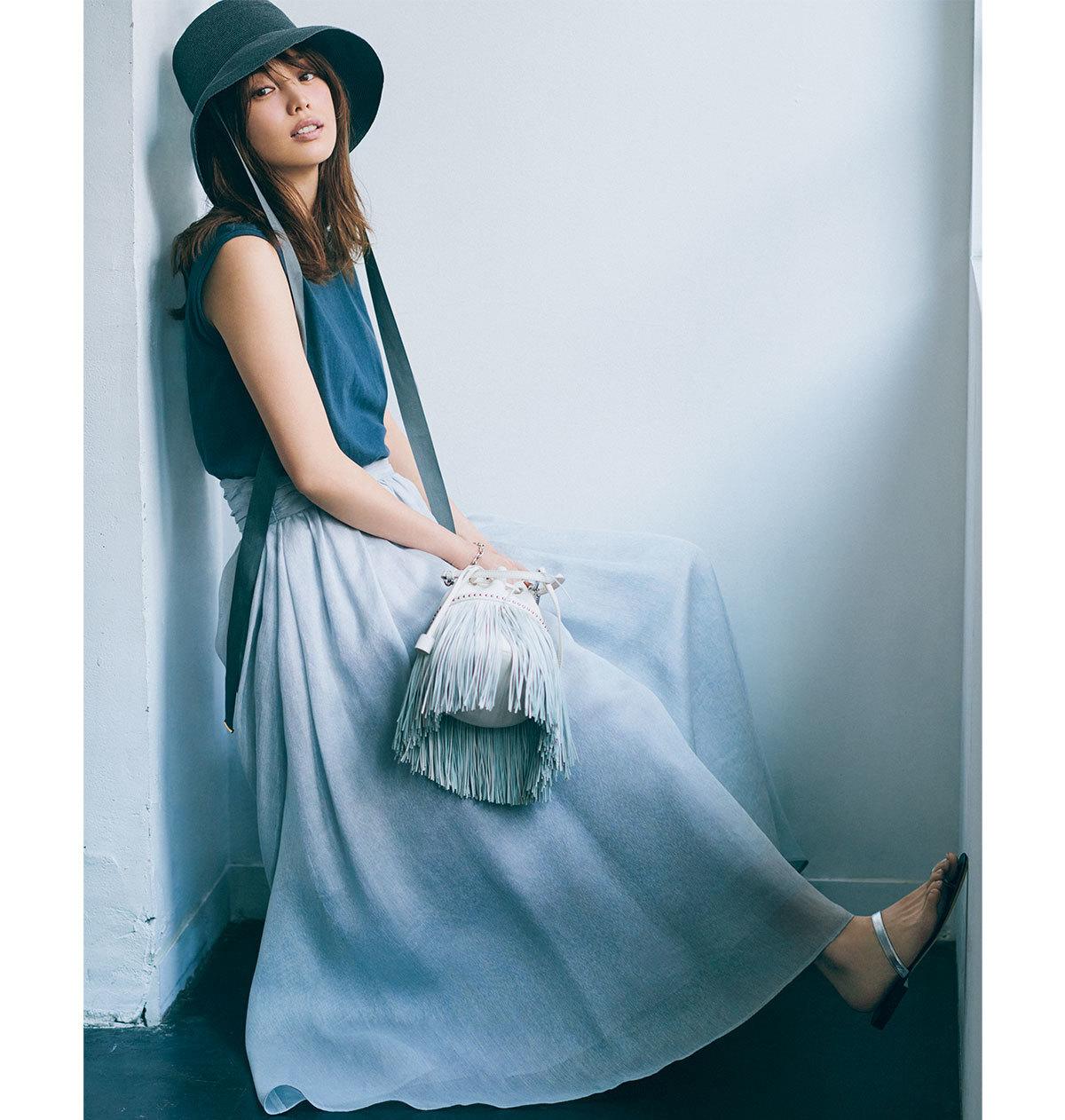 DUSTY BLACK T-Shirt BLUE GRAY Skirt ×ブルーグレーの淡め配色が今着たい大人フェミニンを体現