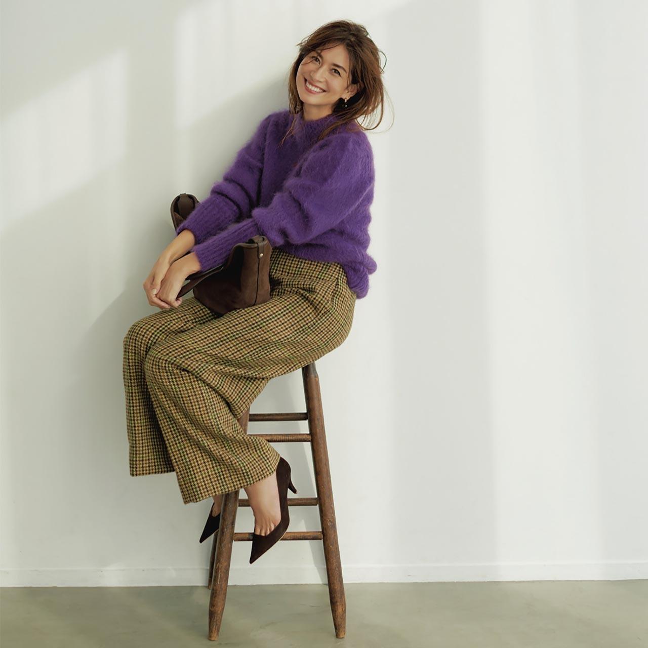 カラーニット×チェックパンツコーデを着たモデルのブレンダさん