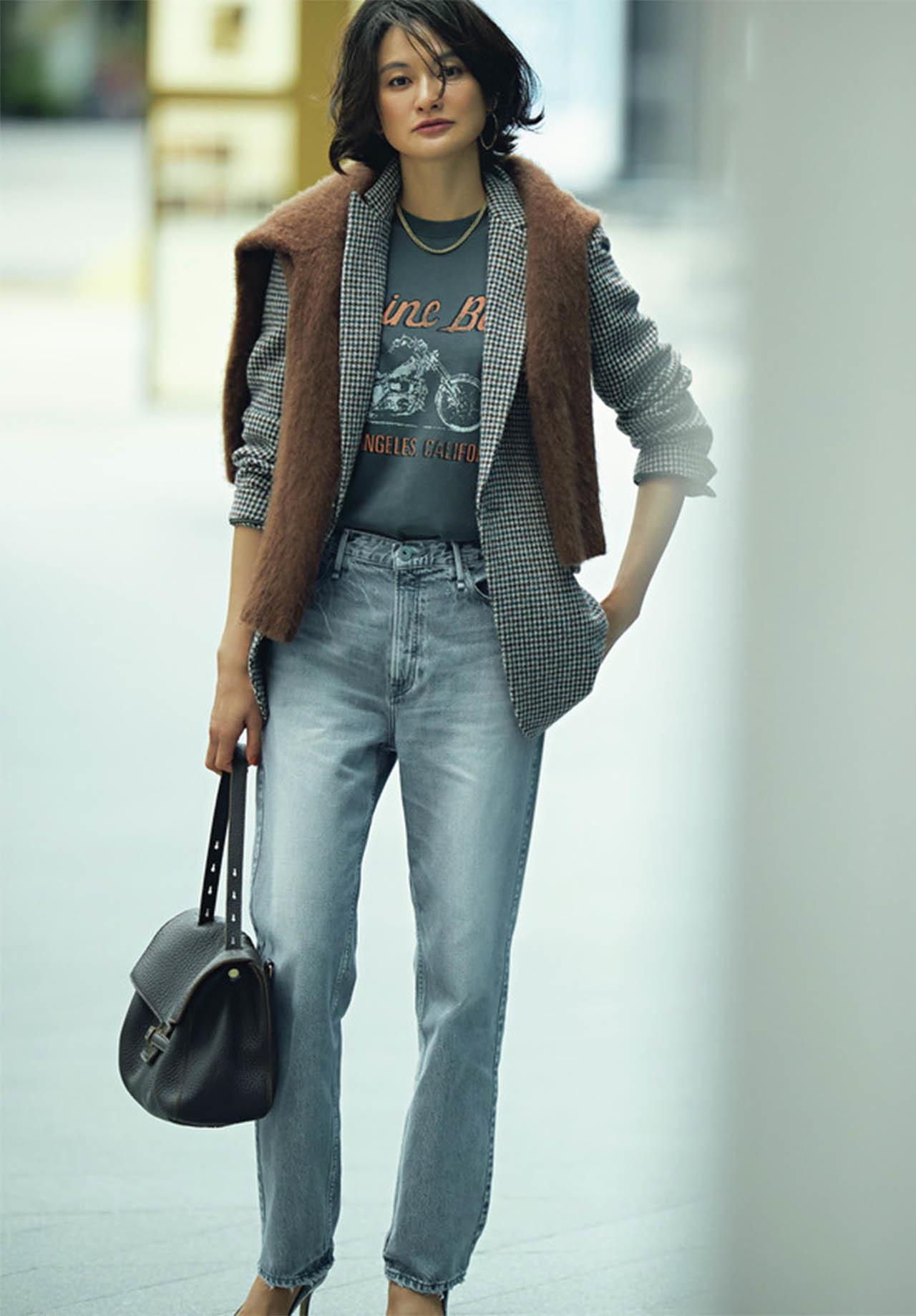 ベーシックカラーのロゴTシャツ×ジャケット×デニムパンツコーデを着たモデルの渡辺佳子さん