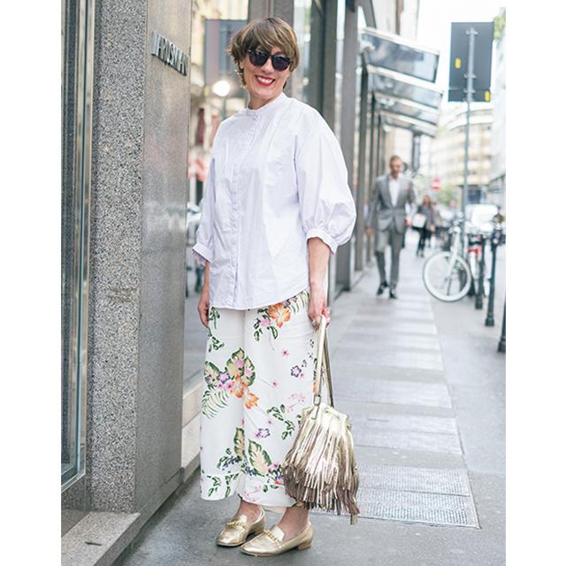 ひねりの効いたデザインが印象的! パリ&ミラノのマダム「白トップスコーデ」 五選_1_1-3