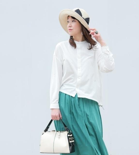 GYMPHLEXの白ブラウスときれい色スカートに帽子を合わせたコーデ