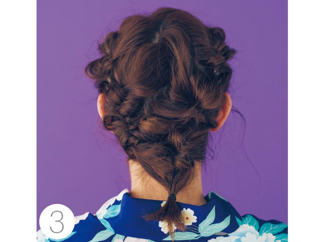 最後まで結んだら左右を一つにまとめ最後のくるりんぱ。結んだ毛先はサイドに持っていきピンでしっかり固定。仕上げに髪飾りを。