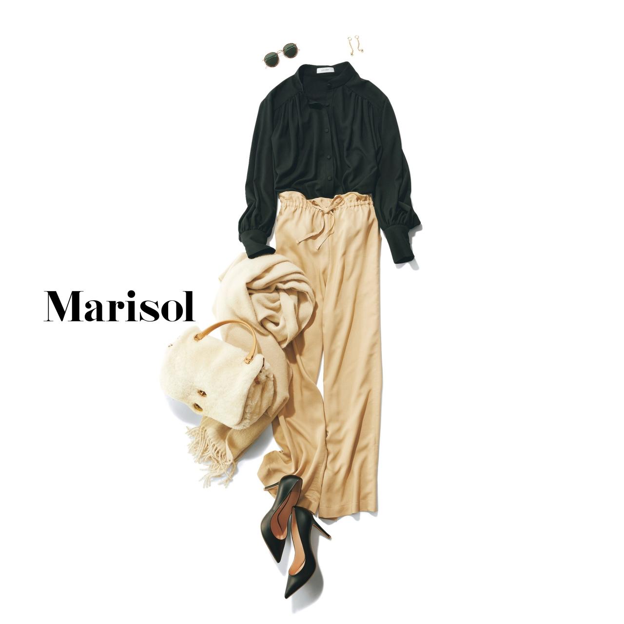 40代ファッション 黒ブラウス×ベージュパンツコーデ