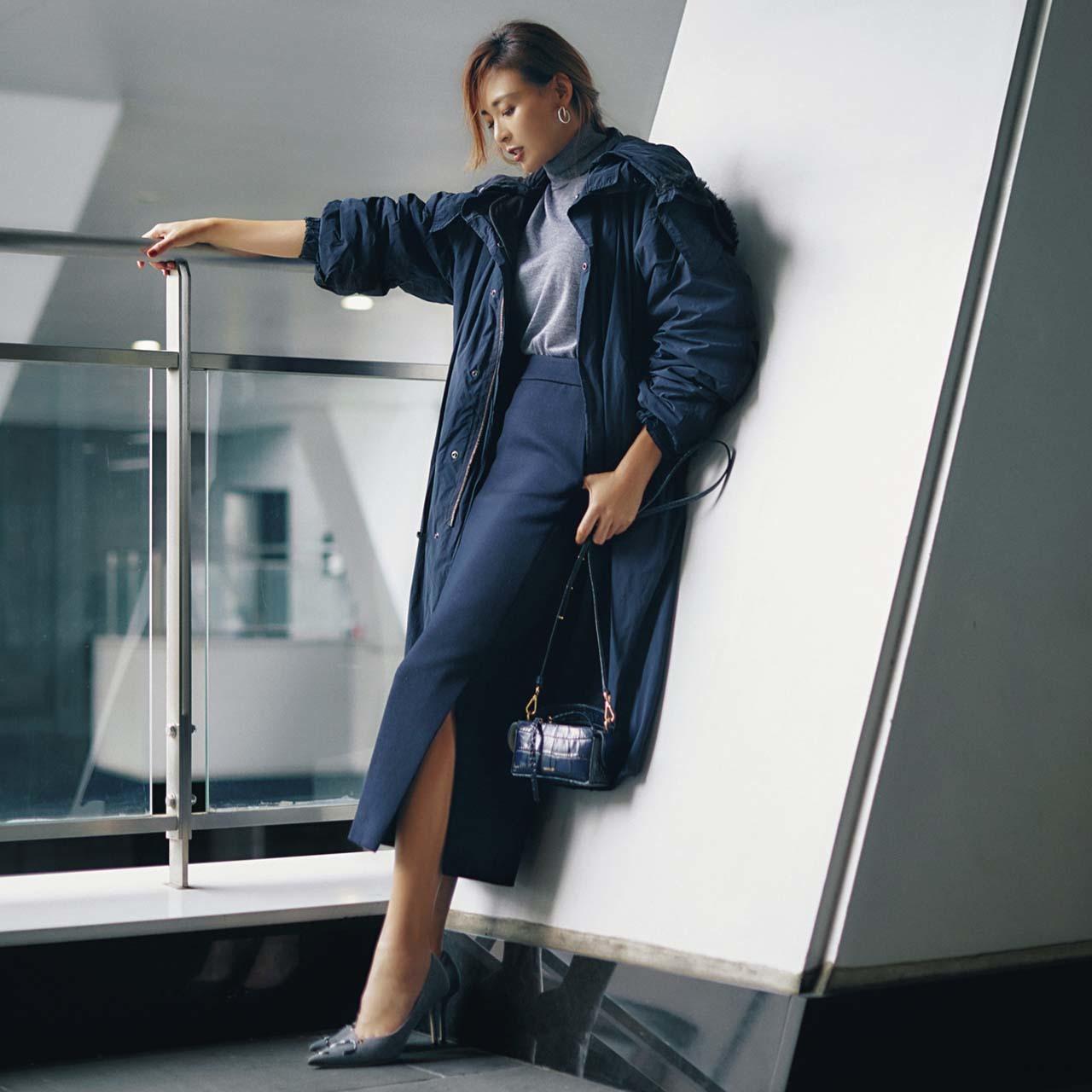 コート×ロングタイトスカートコーデを着たモデルのSHIHOさん