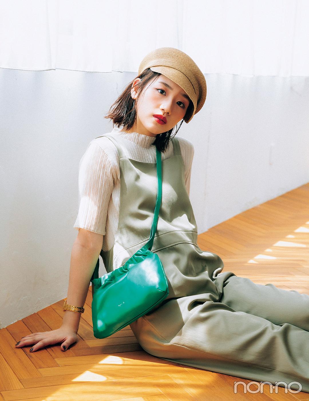 ラフなサロペットコーデにグリーンのバッグでアクセントを効かせて【大学生の毎日コーデ】