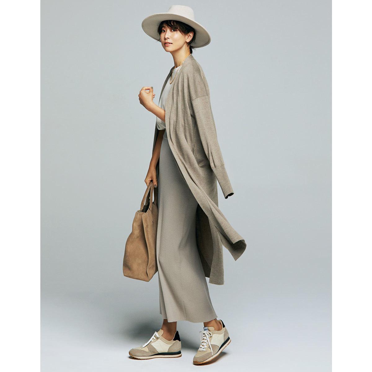 ロングカーディガン×リブスカートコーデを着たモデルの五明祐子さん
