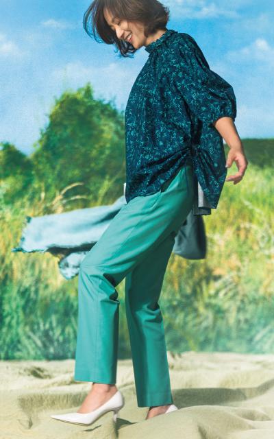 さわやかなグリーンのパンツを着こなす富岡佳子