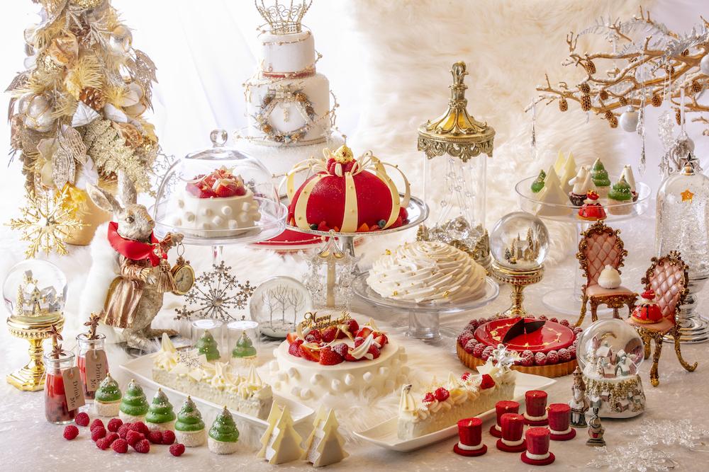 銀白の世界に赤やゴールドをプラスした、圧巻の「アリス&クリスマス」デコレーションに心が躍る