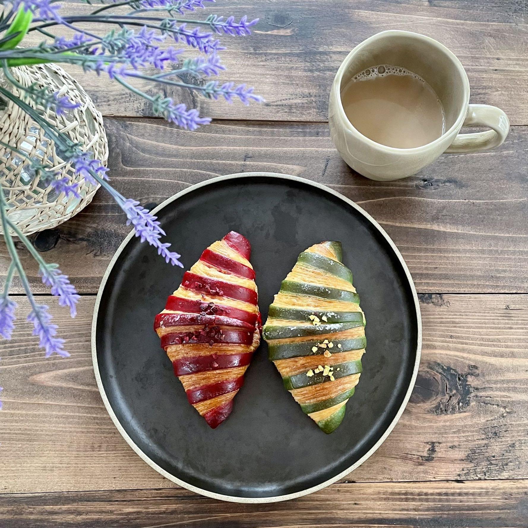 神楽坂のパティスリー「ル・コワンヴェール パトリック・ルメル」のクロワッサン、黒いお皿、ベージュのマグカップ