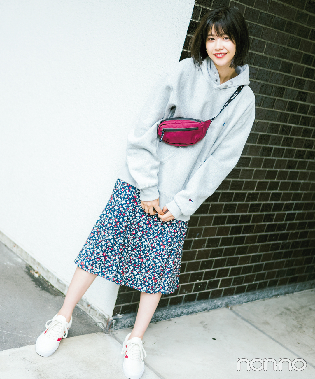 【冬のスニーカーコーデ】甘さが高まる花柄スカートでフェミニンにアレンジ