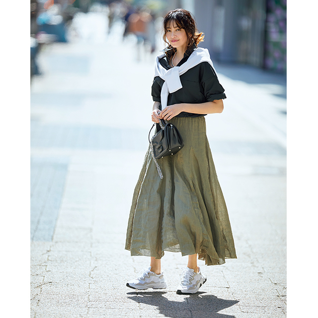 トーンをそろえるだけできれいめスカートにもしっくり
