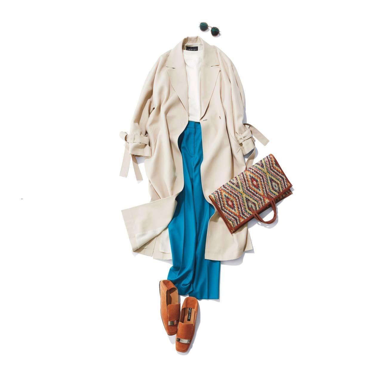 ■オフホワイトのコート×白Tシャツ×ブルーのパンツコーデ