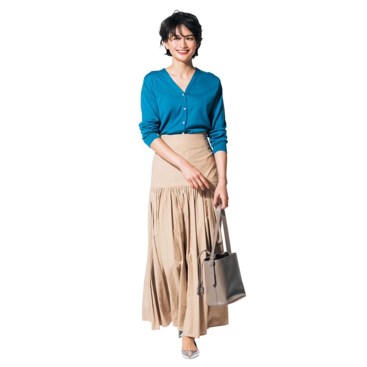ベージュのマキシスカート×ブルーのカーディガンのファッションコーデ