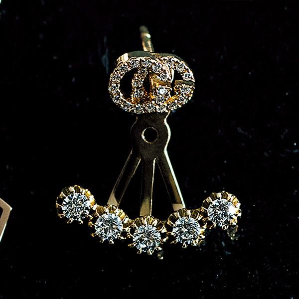 印象的な横顔を彩る。ダイヤモンドが輝くブランドのアイコンピアス_1_1-4