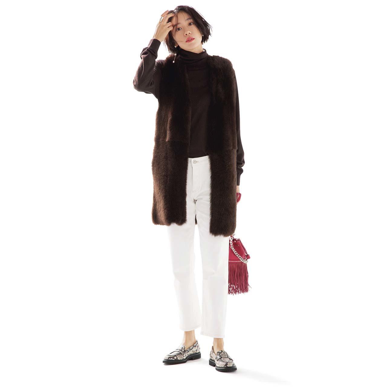 ブラウンのファージレ×白デニムパンツコーデを着たモデルの竹内友梨さん