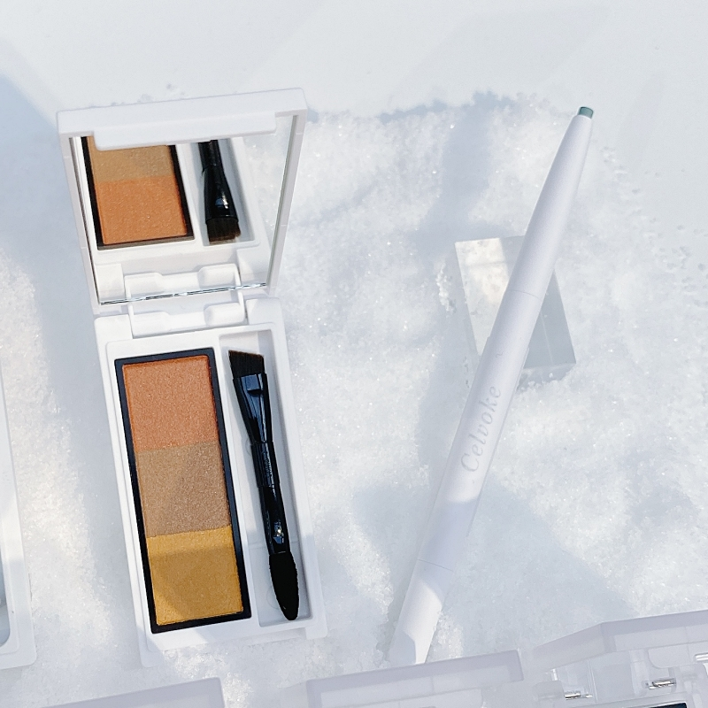 インディケイト アイブロウパウダー 限定1色 ¥3850/セルヴォーク<直営店にて先行発売中・8月2日(月)全国発売>  第1弾、最後のひとつはアイライナー(右)。こちらもこのコレクションだけの特別なカラーが登場。まるで氷河のような、ミルキーで神秘的なブルーが美しい! 下まぶたにインラインであしらえば、白目をよりクリアに見せてくれるはず。  シュアネス アイライナーペンシル 限定1色 ¥3080/セルヴォーク<直営店にて先行発売中・8月2日(月)全国発売>