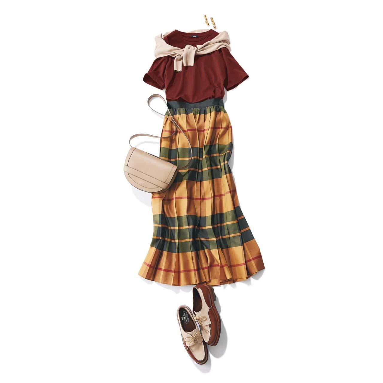 Tシャツ×チェック柄スカートの「スパイス ブラウン」コーデ