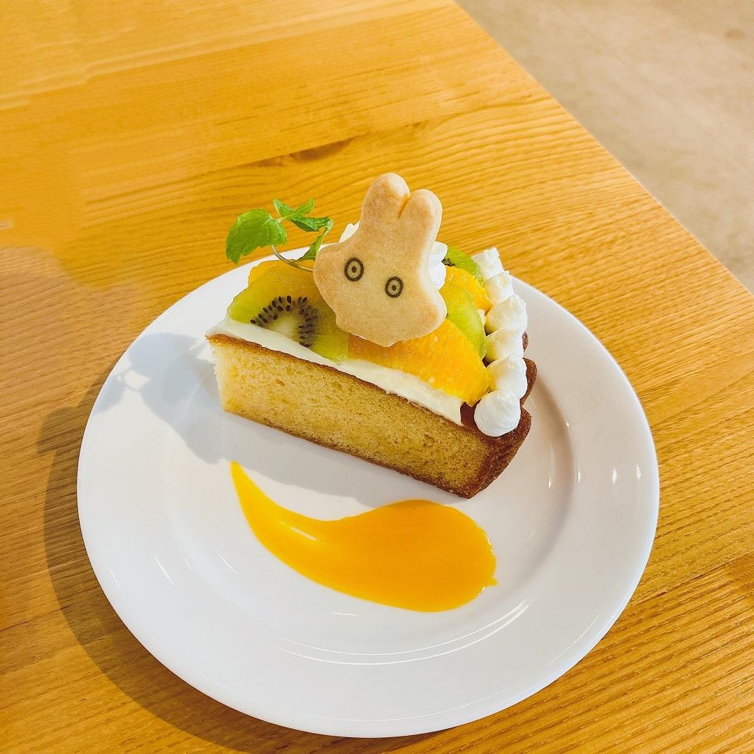 立川で開催中の「ミッフィー展」のカフェメニュ「おばけミッフィーのケーキ」