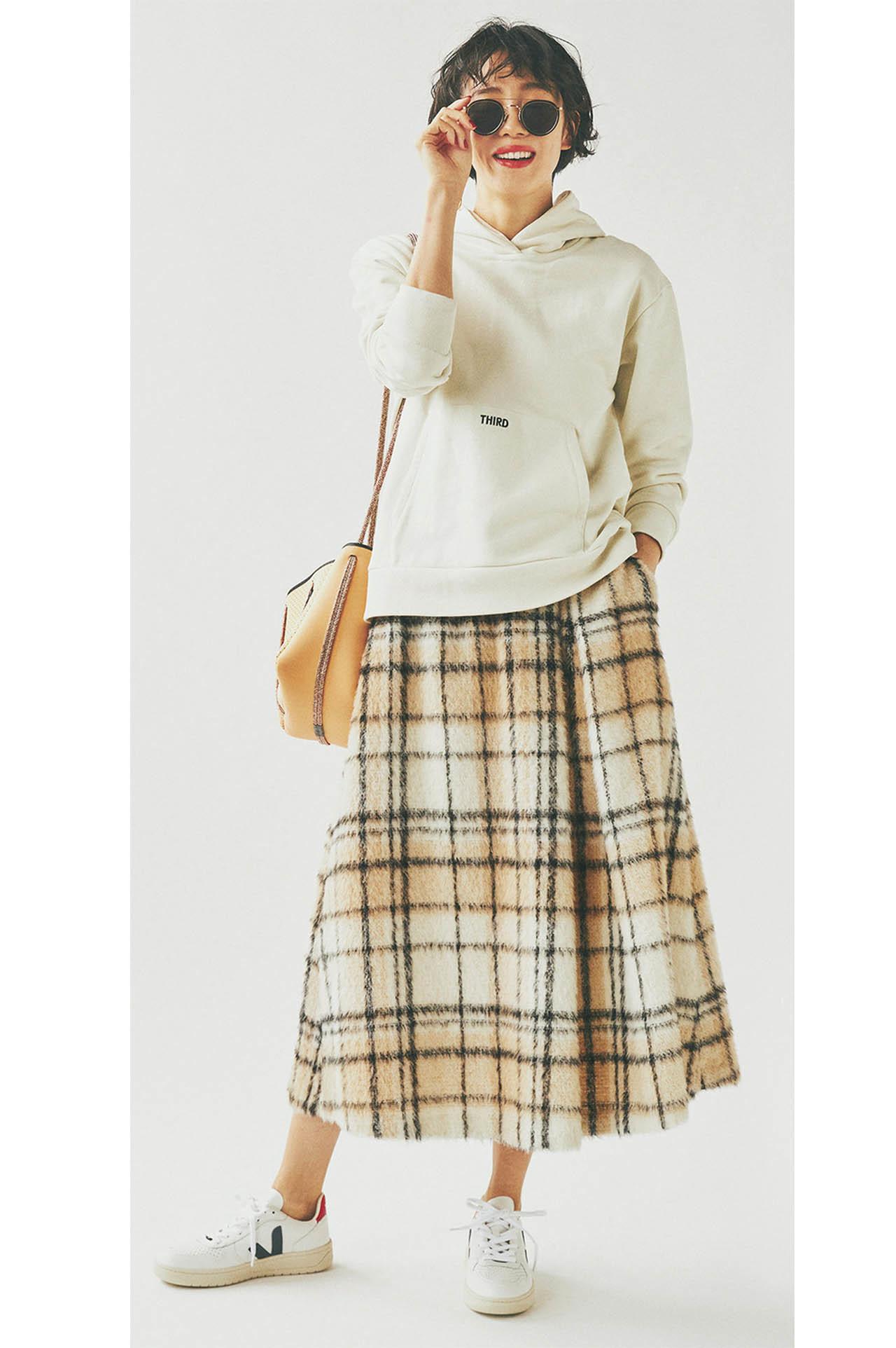 ■フーディ×チェック柄のシャギースカートコーデ