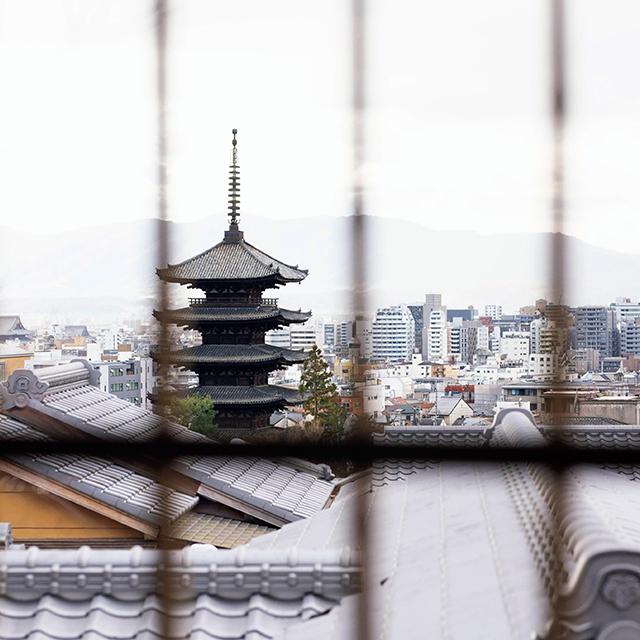 瓦屋根越しの八坂の塔を一望
