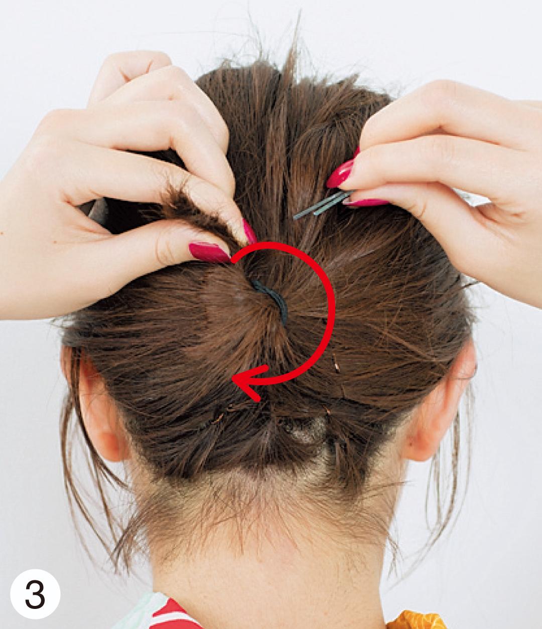 1で結んだ部分の毛束をねじり、ゴムの部分に巻きつけ、何か所かピンで固定する。髪飾りをバランスよくつけたら出来上がり!