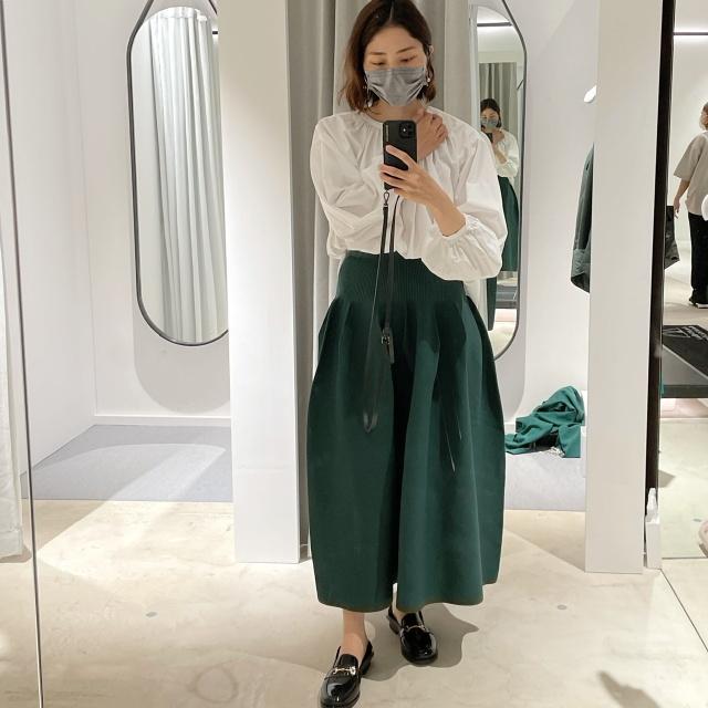 MACHATTのホールガーメントフォルムスカート試着した様子