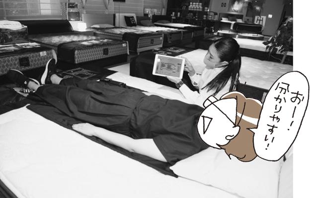 """ベッドに寝て、体の下に体圧分散の様子を測る""""ミラクルセンサー""""を敷いて測定"""