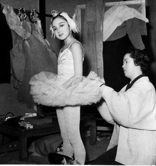 小学4年生のとき、楽屋で『白鳥の湖』の衣装を母の敏子さんに直してもらう。