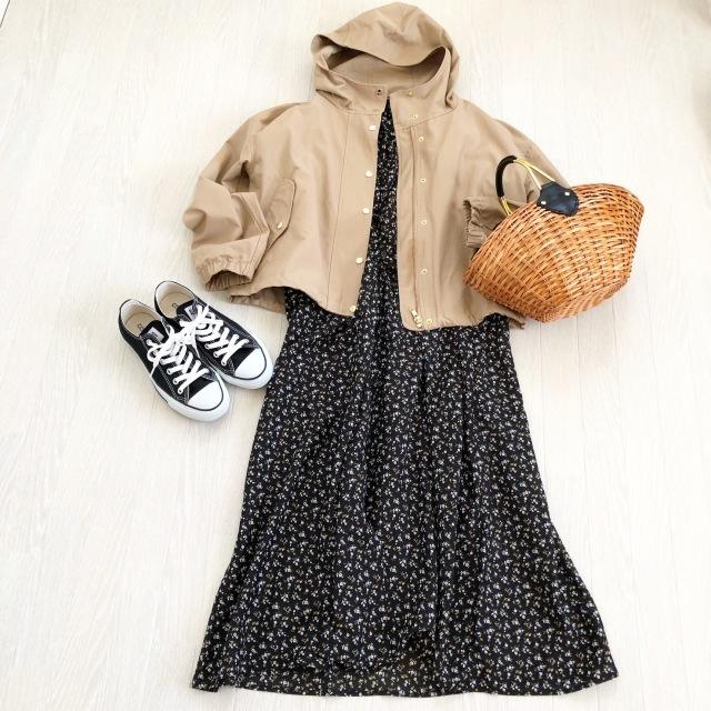 黒コンバースのローカットスニーカー×パーカ&ワンピースのファッションコーデ
