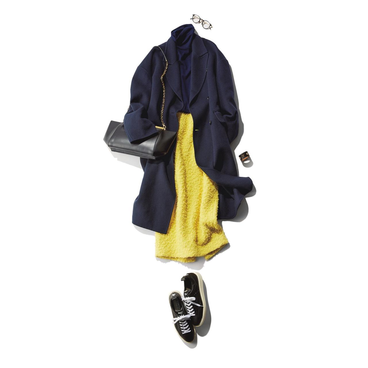 イエロースカート×ネイビーコート&スニーカーのファッションコーデ