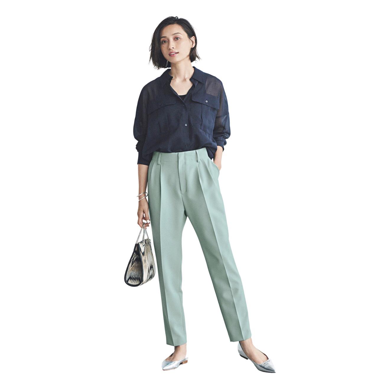 ネイビーシャツとミントグリーンパンツ モデル・小濱なつき