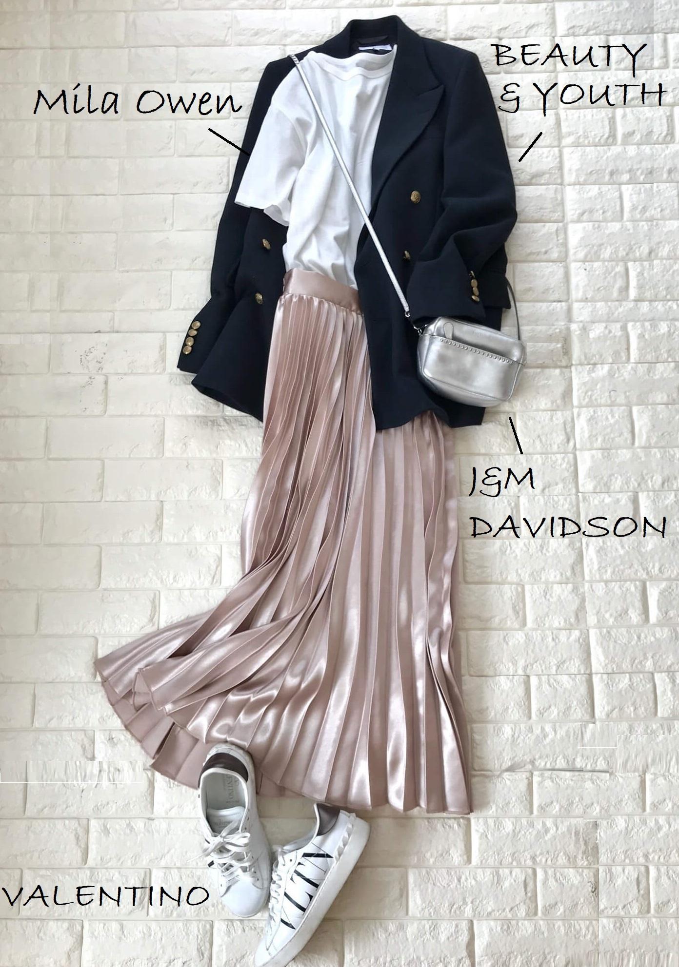 ベージュピンクのスカートとジャケットを合わせたコーデ