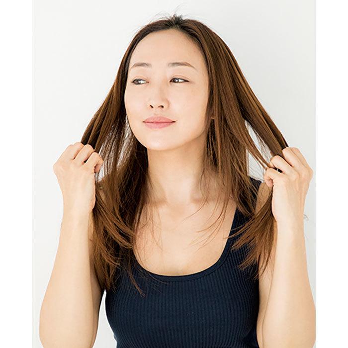 3.乾いたら、半プッシュのオイルを手に広げ、髪の中間から毛先につけ、残りを上のほうに