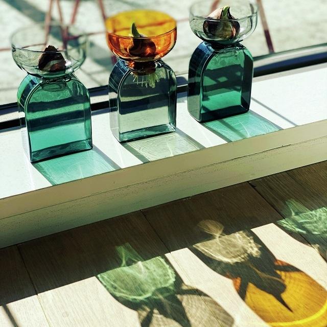 ガラスの花器にチューリップの球根を載せ、日中は日の当たる窓辺へ、夜はダイニングボードの上へと移動。ガラスが織りなす光の模様も楽しんでいる