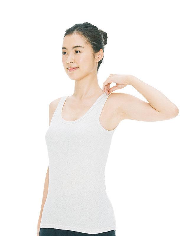 足を軽く開いて立ち、左肘を曲げて服の肩あたりをつかむ。