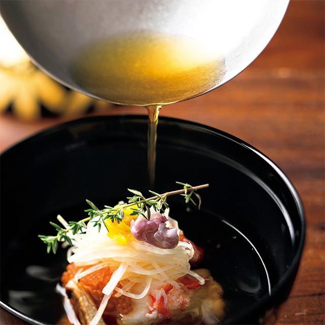 お椀はイバラガニと山いも、根セロリに菊花。味噌汁の上ずみだけをだしに。