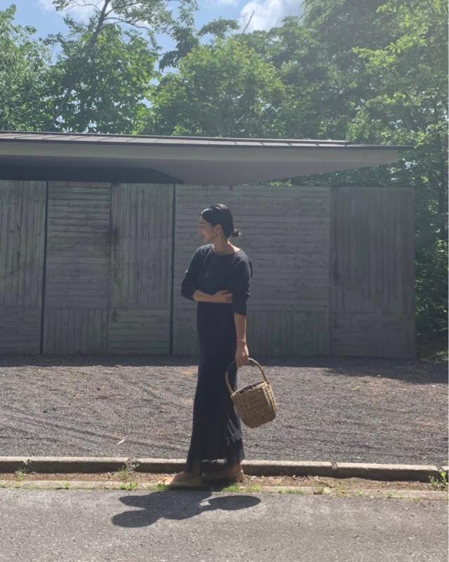 今年のかごバッグは、ジェーン・バーキン風のバスケットバッグでリラックスな装いに。_1_1