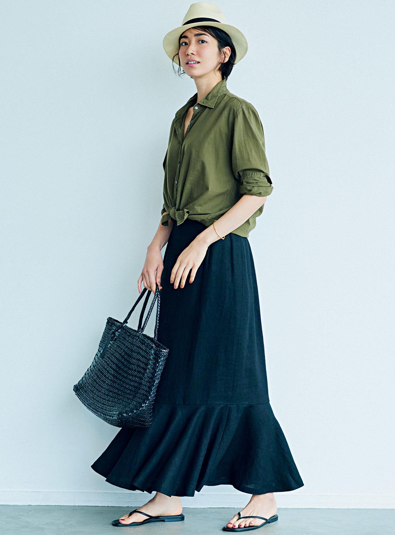 カーキのシャツ×黒のスカートコーデ