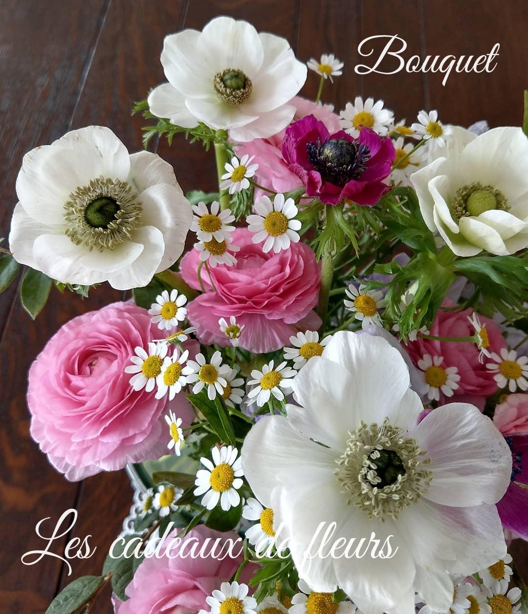 競うように咲いているラナンキュラスとアネモネ