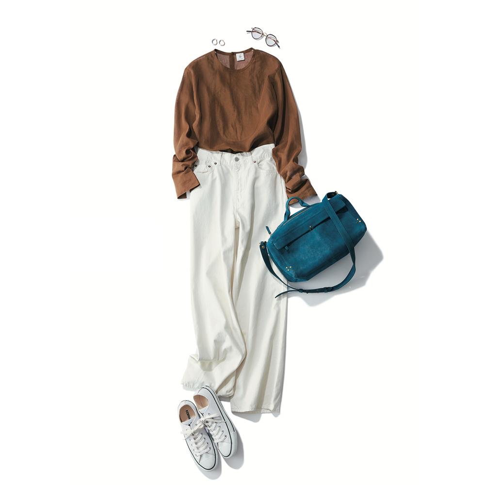ブラウンのブラウス×白パンツ×白のローカット・コンバースコーデ