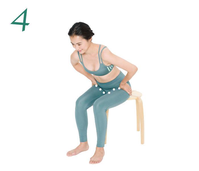 4.そのまま上体を前に倒す。これにより鼠蹊部に自然に圧がかかる。次に、指を鼠蹊部のラインに沿って徐々に内側に移動させ、同様に上体を倒して刺激。1カ所2回ずつ行う。