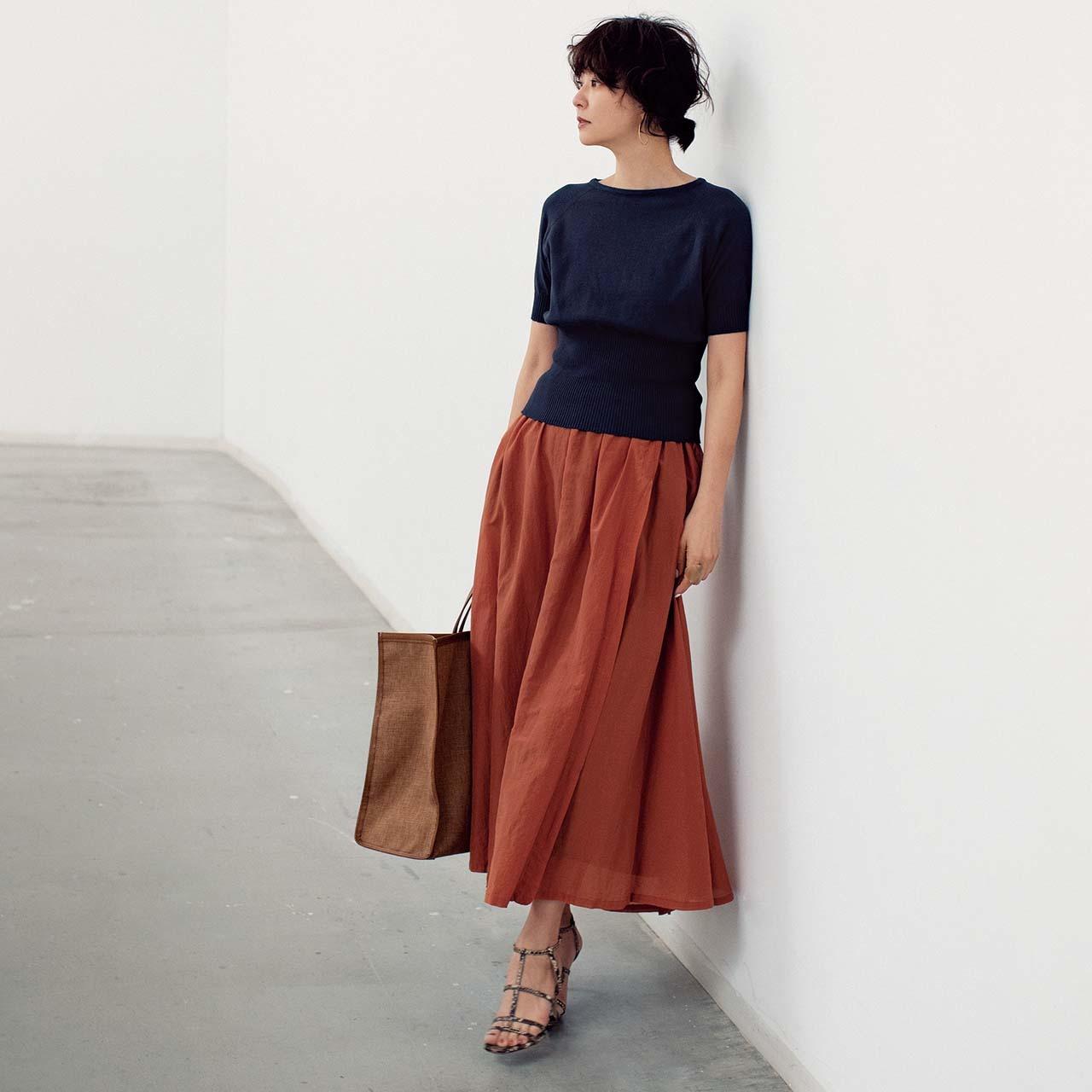 短めすそリブニット×スカートコーデを着用したモデルの五明祐子さん