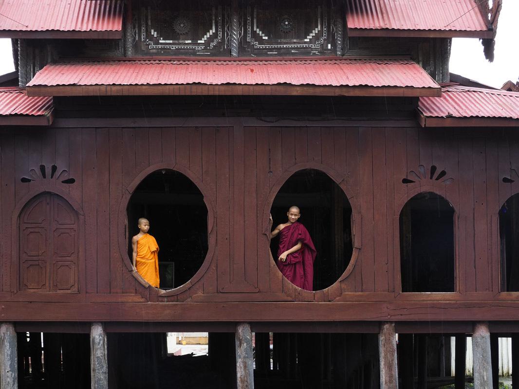 ミャンマーで僧院の丸窓はたいへん珍しく、窓辺に佇む若い僧は絵になります。