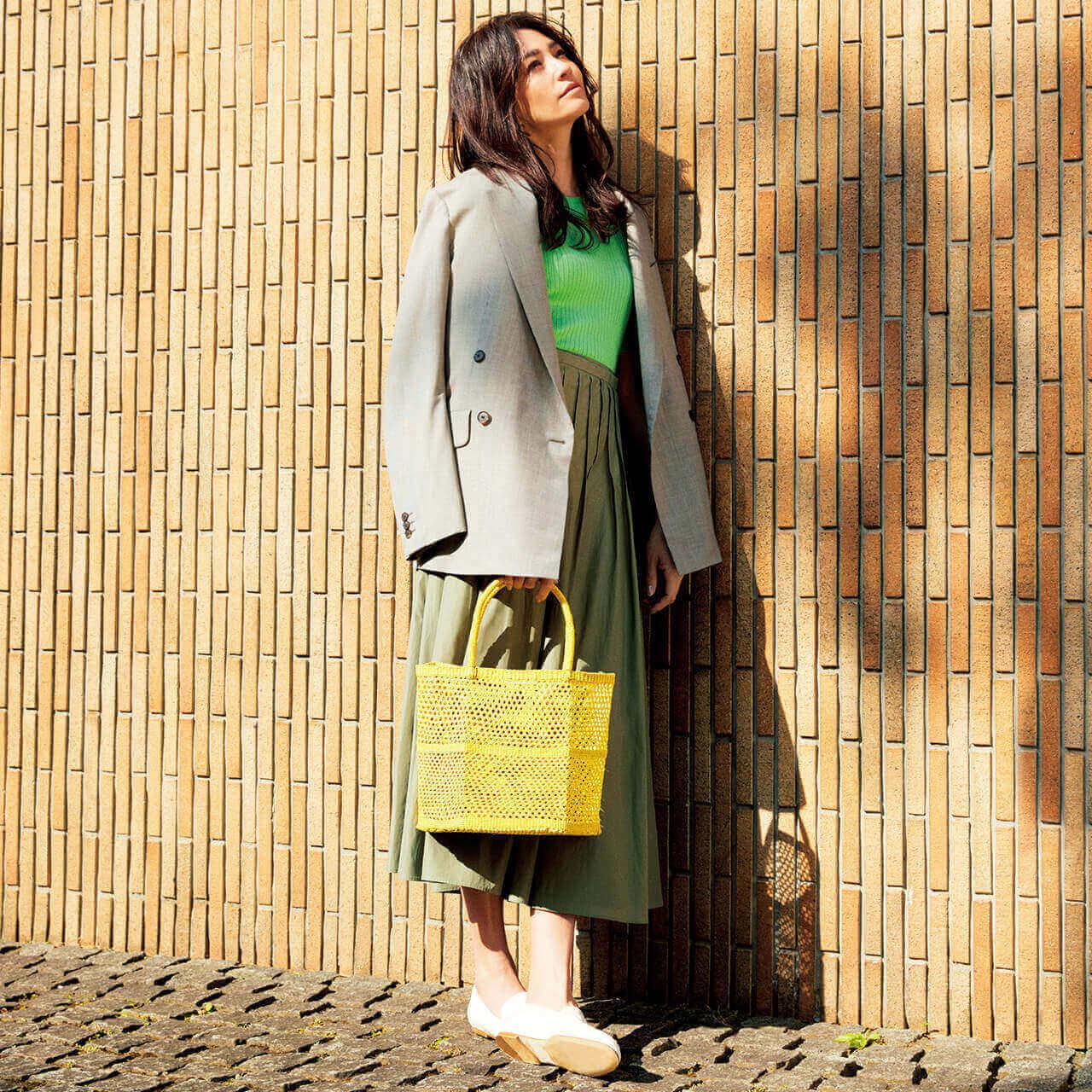 センシ スタジオのかごバッグを持つモデルのRINAさん