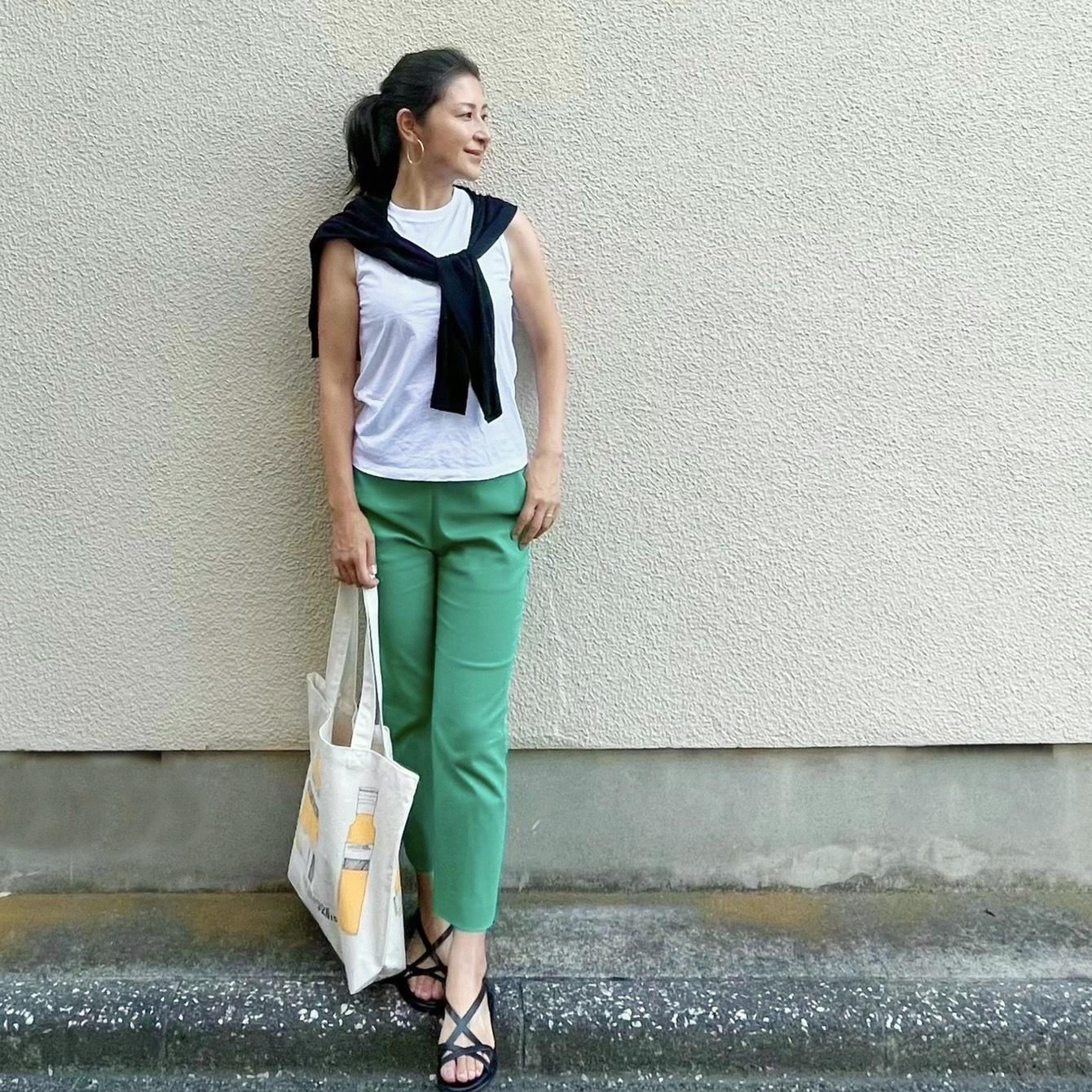白Tシャツ、黒カーディガン、グリーンパンツ、黒サンダル、エコバッグ