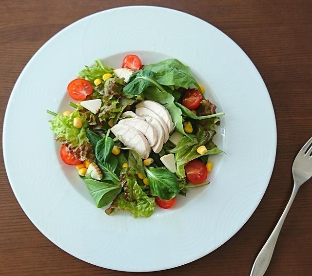 手作りハムやリコッタサラータをトッピングしたグリーンサラダ