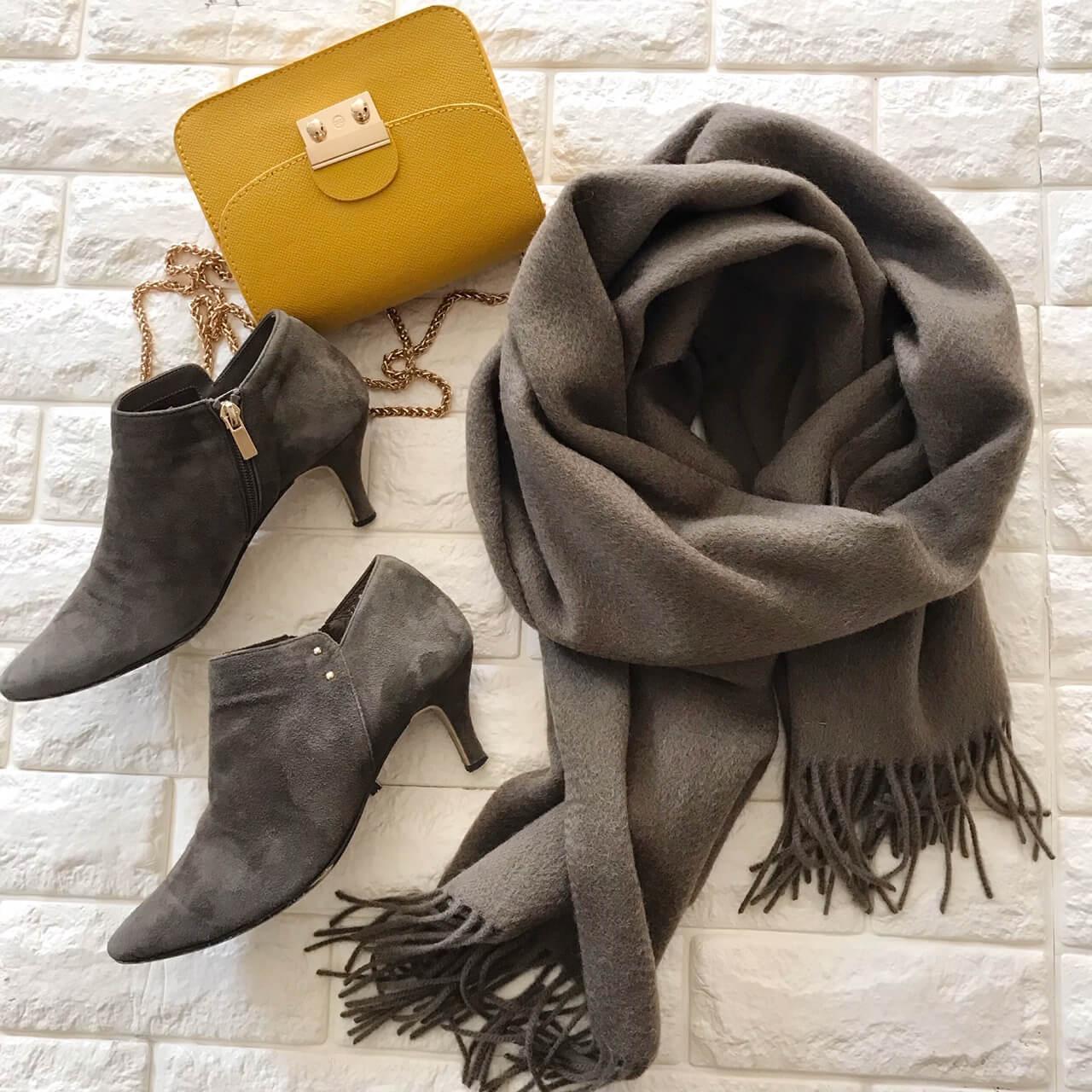 ミラオーウェンのストールと私物のブーツとバッグを合わせた画像